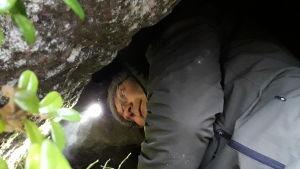 Niclas Fritzéns pannlampa stör inte de övervintrande småkrypen under klippblocket.