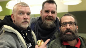 "Patrick ""Pata"" Degerman, Stan Saanila och Paul Olin glada i Rundradions café 20.12.2018."