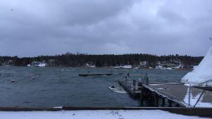 En mindre motorbåt ligger under vattenytan och en brygga har slitit sig i västra hamnen i Mariehamn under nattens storm.