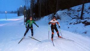 Linnea Halonen och Hanna Ray tränar tillsammans inför JVM.