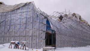 Rasade byggställningar vid skolbygget.