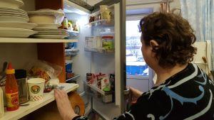 Nadezjda Pelsjekova tittar i kylskåpet.
