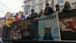 """Abiturienter på ett lasbilsflak på penkis i Åbo 2019. På flaket står """"Star Abi"""", med en logo som påminner om Star Wars-filmernas."""
