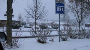 mörk vintringt landskap från Kimito centrum. Bil och byggnad