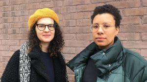 På bilden Sasha och Efe Ogbeide som är med och organiserar en feministisk demonstration på internationella kvinnodagen i Helsingfors.
