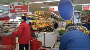 I en vanlig butik är utbudet av kemikaliefria varor dåligt