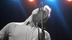 Bsisten Henrik Vuoksenmaa i bandet Pastis live på skivrelease 2019 i strålkastarsken.