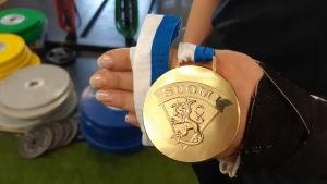 En guldmedalj i damishockey.