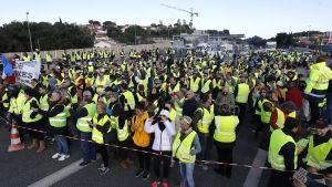 Demonstranter i gula västar på en väg i Antibes i södra Frankrike.