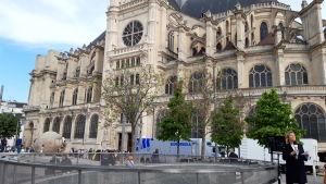 Påskhelgens gudstjänster kunde förstås inte hållas i Notre-Dame. De flyttades till den mindre kända kyrkan Saint-Eustache i kvarteret Hallarna.