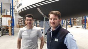 Båtbyggaren Esteban Navarro och vd Kjell Björklund vid ett av projekten