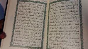 En öppen bok, koranen, muslimernas heliga skrift.