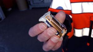 Batteri med tejpade ändar.