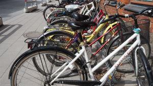 mängder av cyklar mot tegelvägg