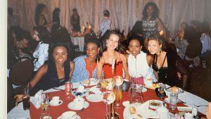 Janina Fry tillsammans med sina tävlingssystrar på Miss World tävlingen 1993, samma dag som hon fyllde 20 år.