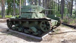 En grön pansdarvagn på Hangö frontmuseum.