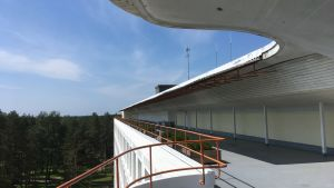 Alvar Aaltos formspråk syns i takkantens vågform.