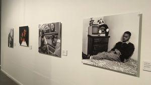 Bild från utställningen Uncategorized. På bilden syns fyra fotografier på bland andra rapparen Nas och Snoop Dogg.