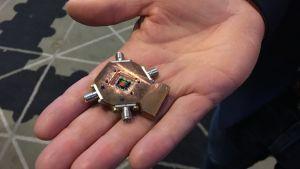 En kvantprocessor, till en kvantdator, med tre kvantbitar och tre utläsningskaviteter, som används för att läsa av värdet på kvantbiten. Framställd i maj 2017 i Nanotekniklaboratoriet vid Chalmers tekniska högskola.