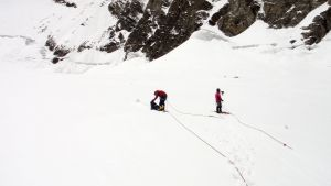 Bilden visar hur räddningspersonal bärgar liken efter 8 försvunna bergsklättrare i Himalaya i juni 2019.
