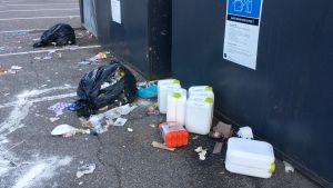Sopor utanför avfallskärlen vid en sorteringsstation i Pargas.
