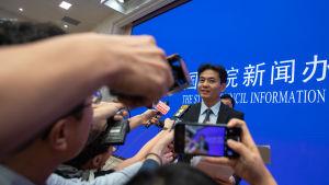 En talesperson för kinesiska myndigheten för Hongkong och Macau håller presskonferens.
