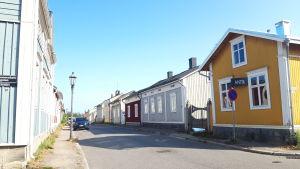 En gata i trähusstadssdelen Neristan i Karleby.