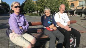Norska vandrare på parkbänk i Vasa
