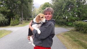 Maria Louko tillsammans med hunden Wilma.