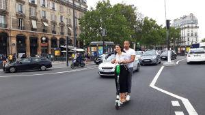 Ungt par på elsparkcykel