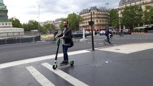 Elscooteråkare på Place de la Bastille