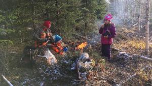 Ari Turunen lastensa Moonan ja Veikan kanssa evästauolla.