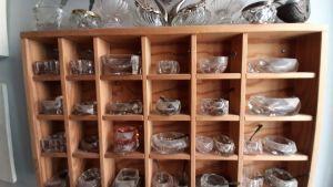 saltkar i glas, kristall, silver i hylla med små fack