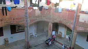 Två våningar av ett härbärges innegård.