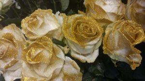 Vita rosor med guldfärgat glitter.
