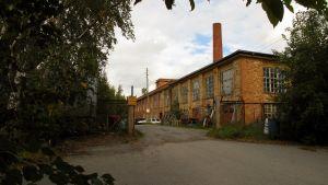 Gamla tvålfabriken i Vasa, en gammal gul tegelbyggnad.