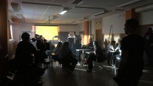 Tv-inspelning pågår i ett klassrum.