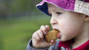 Ett barn som äter en chicken nugget