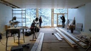 Karin Widnäs filmas i sitt halvfärdiga museum KWUM