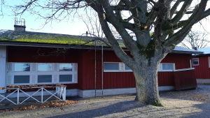 Rött, lågt, gammalt trähus.