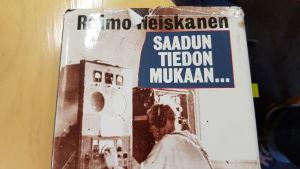 En bokpärm med finsk text.