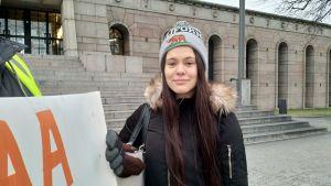 Milla (22 år) har en pappa som jobbar på posten.