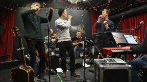 KAJ övar i Wasa Teaters utrymmen inför sina jubileumskonserter i Botniahallen.