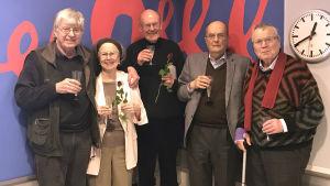 De äldres råd samlade för gruppbild i radiostudio för att fira 10 års jubileum.