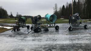 Snökanoner vid Vörå skidcentrum.