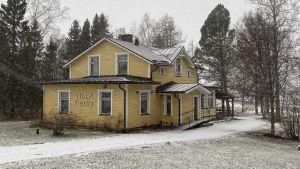 Gammalt hus i snöstorm.