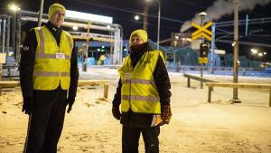 Lakkovahdit vartiossa Alholman Sahan edessä