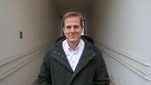 Matskribenten Kenneth Nars står i en tunnel.