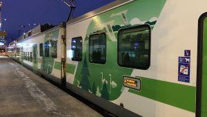 R-juna Tampereen asemalla talven aamuhämärässä.