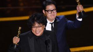 Bong Joon-ho och Han Jin-won firar med sina Oscarsstatyetter.